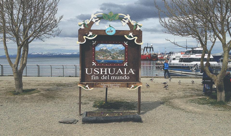 A famosa placa do fim do mundo, no porto de Ushuaia.