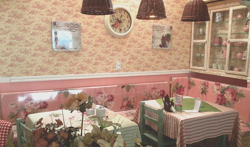 """Casa de Chá """"La Cabaña"""", com uma decoração que lembra uma casa de bonecas."""