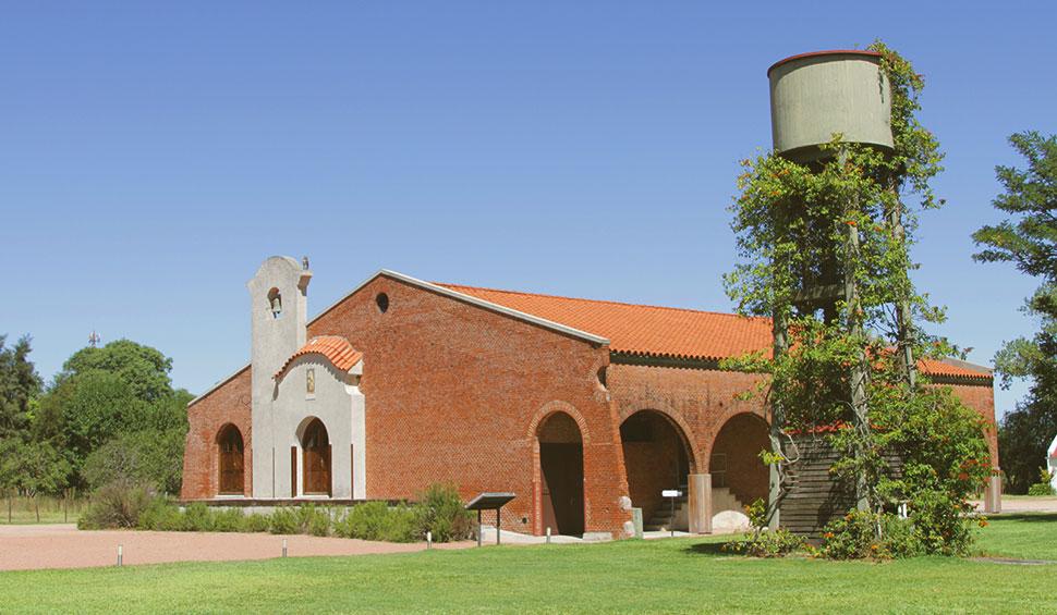 """Construção principal da Bodega Bouza, onde os vinhos """"descansam"""" nas barricas de carvalho francês."""