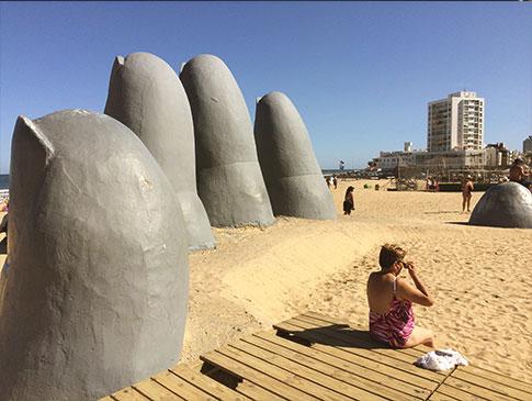 Famosa escultura La Mano, de Mario Irarrázabal, que virou ponto turístico na Playa Brava