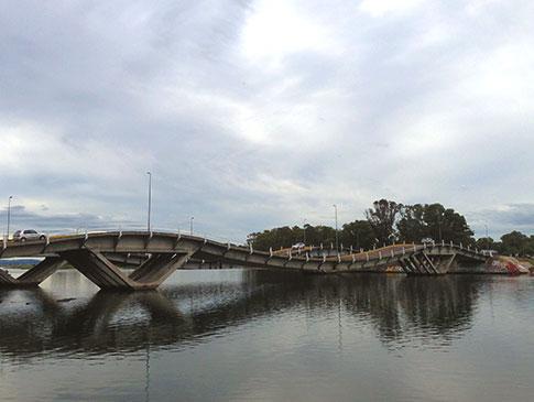 Famosa ponte Leonel Vieira, construída inspirada nas ondas do mar