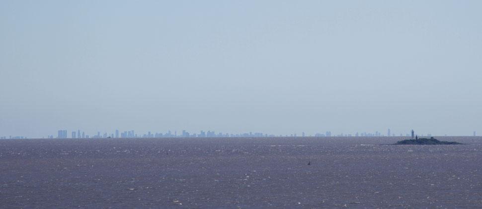 Vista de Buenos Aires do topo do farol de Colonia del Sacramento