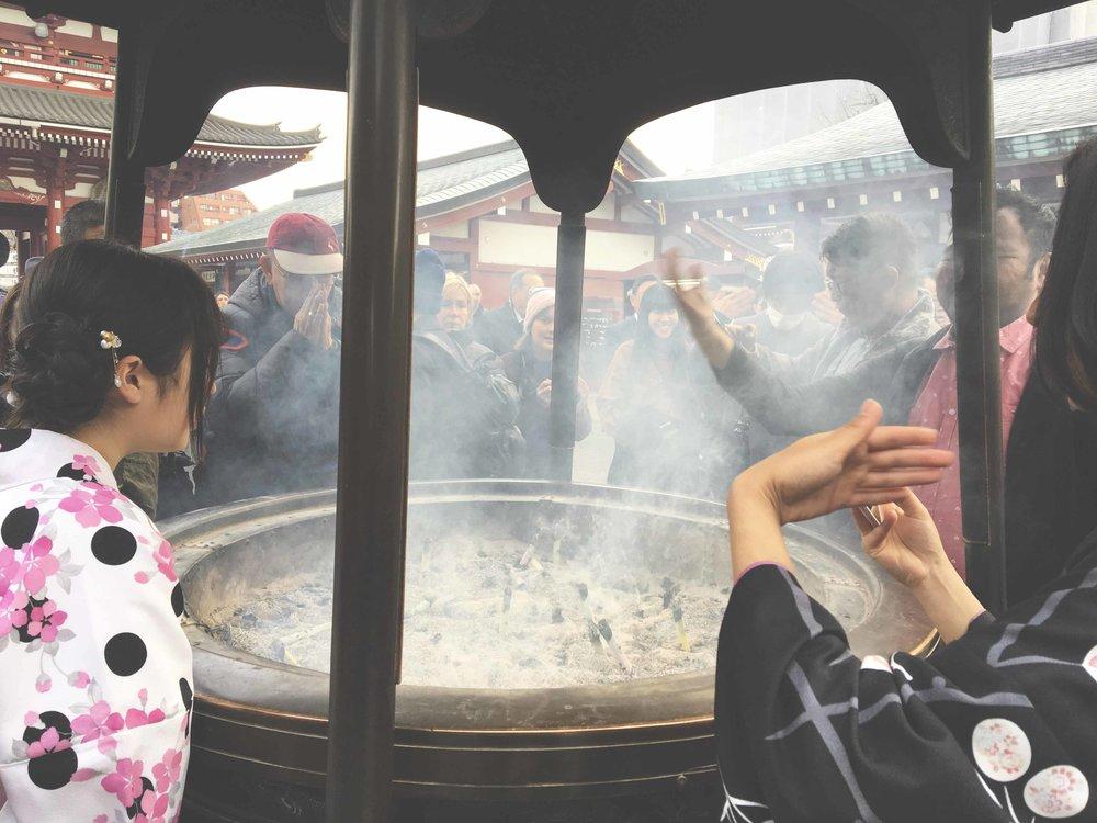Cadeirão de incensos que fica logo em frente ao templo Senso-Ji