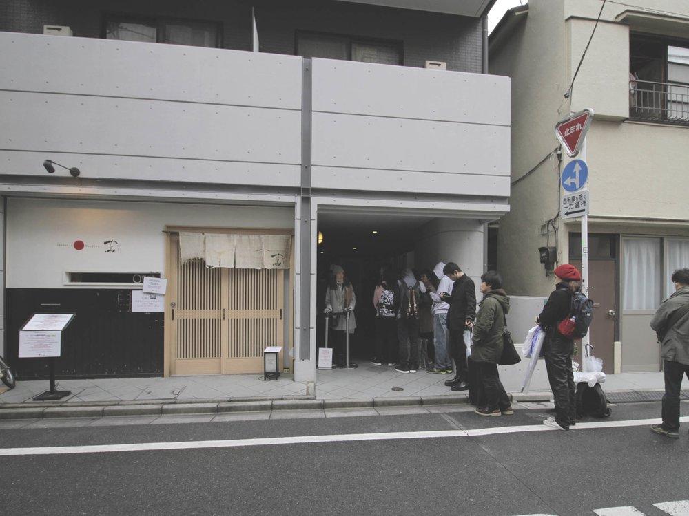 Fila pra jantar no Tsuta Ramen. A entrada é essa porta de correr bem do lado.