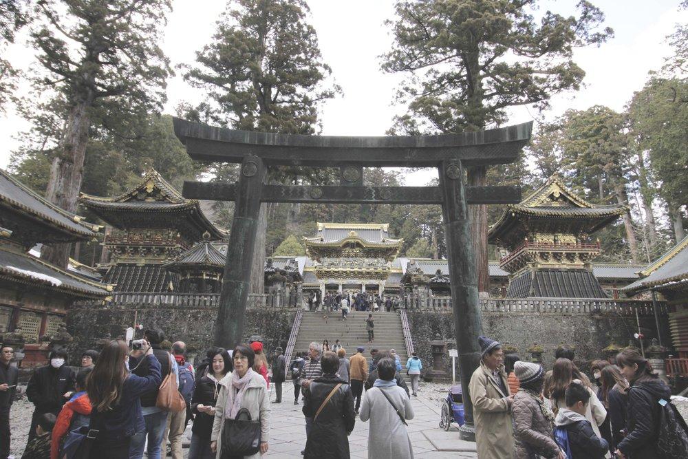 Torii enorme na entrada do santuário xintoísta Tosho-Gu.