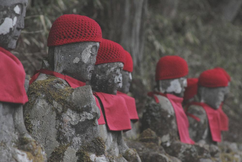 Conjunto de estátuas Jizou Bosatsu, as estátuas guardiãs das crianças.