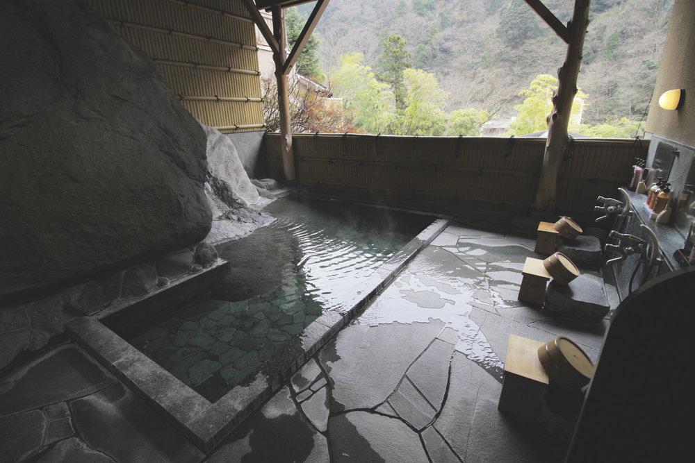 Um dos onsens (piscina de água termal) do ryokan Yama no Chaya. Além da piscina, há um espaço para se tomar banho com chuveiro, shampoo, sabonete, etc.