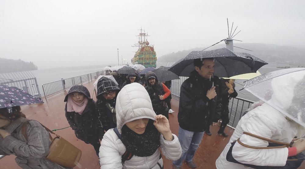 Fila da saida do barco que fizemos o passeio ao longo do lago Ashi. O tempo estava tão ruim que, pra piorar, começou a nevar muito.
