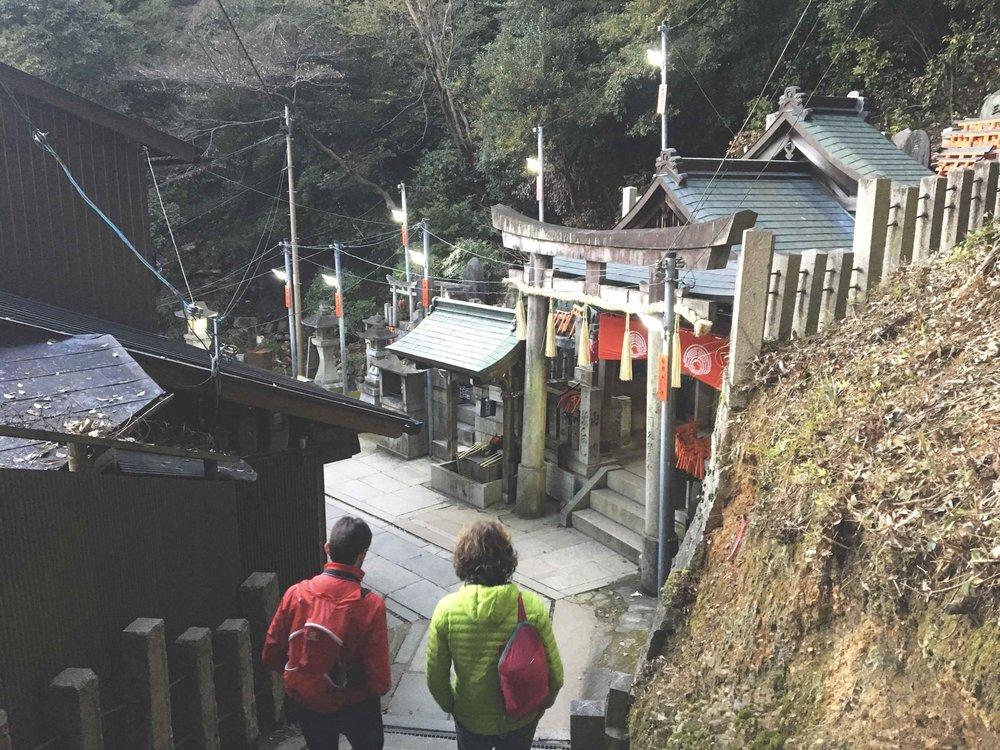 Pequenos santuários que ficam ao longo do caminho.