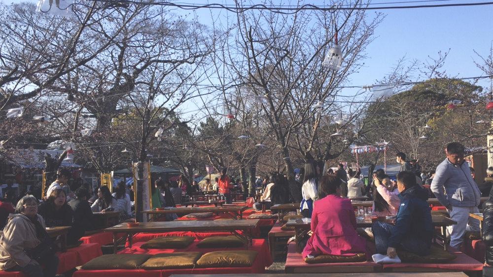 Mesas de um dos restaurantes do parque Maruyama. Dá pra curtir um almoço se sentando em almofadas ou fazendo um piquenique em algum gramado do parque.