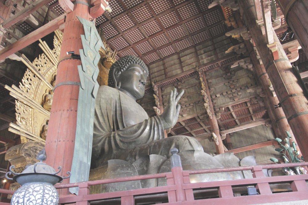 """O Daibutsu (Grande Buda). As posições de suas mãos significam """"não tema"""" e """"seja bem-vindo""""."""