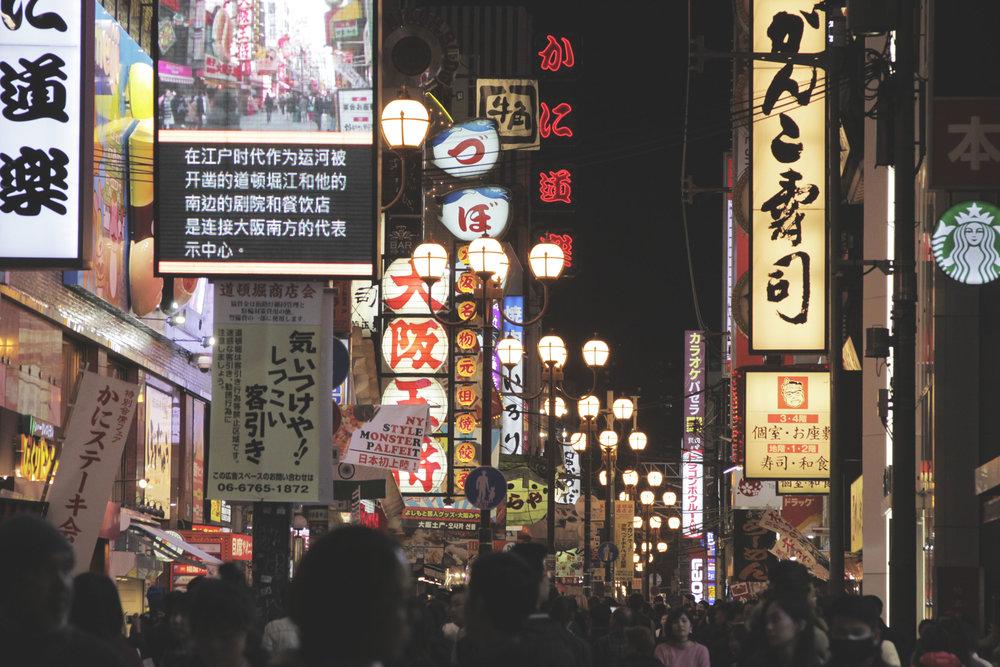 Os luminosos e a agitação da rua Dotombori, uma das mais famosas da cidade.
