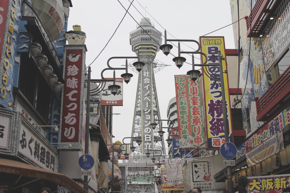 Torre Tsutenkaku, no bairro de Shinsekai.