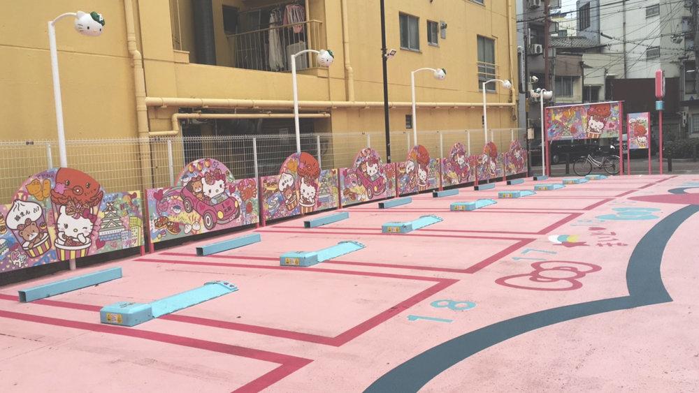Um estacionamento todo decorado por Hello Kitty no bairro de Shinsekai.