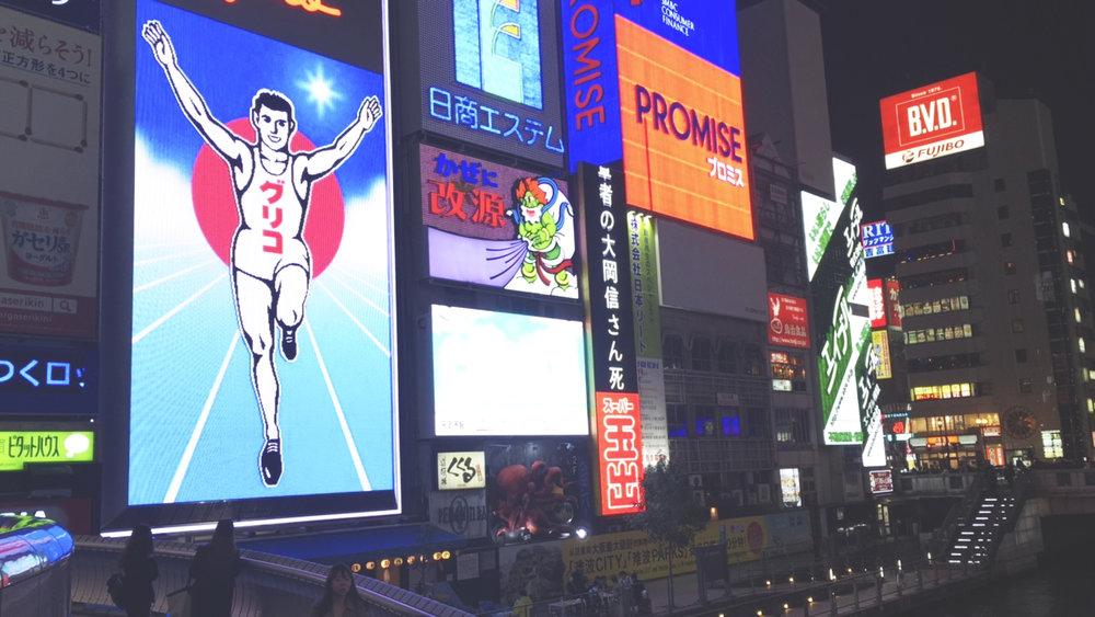 O famoso luminoso Glico Man, localizado na margem do rio que corta a cidade de Osaka.