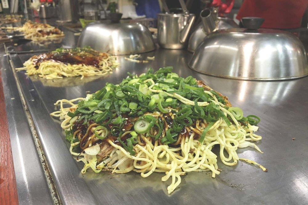 Okonomiyaki original de Hiroshima. Um pouco diferente do que experimentamos em Osaka, mas igualmente delicioso :)