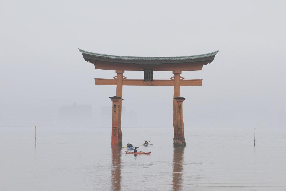 Torii gigante que serve como portal para o principal santuário da ilha de Miyajima.