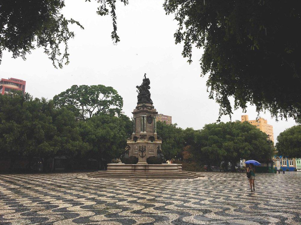 Praça Largo São Sebastião com o monumento de Abertura dos Portos do Amazonas bem ao centro.