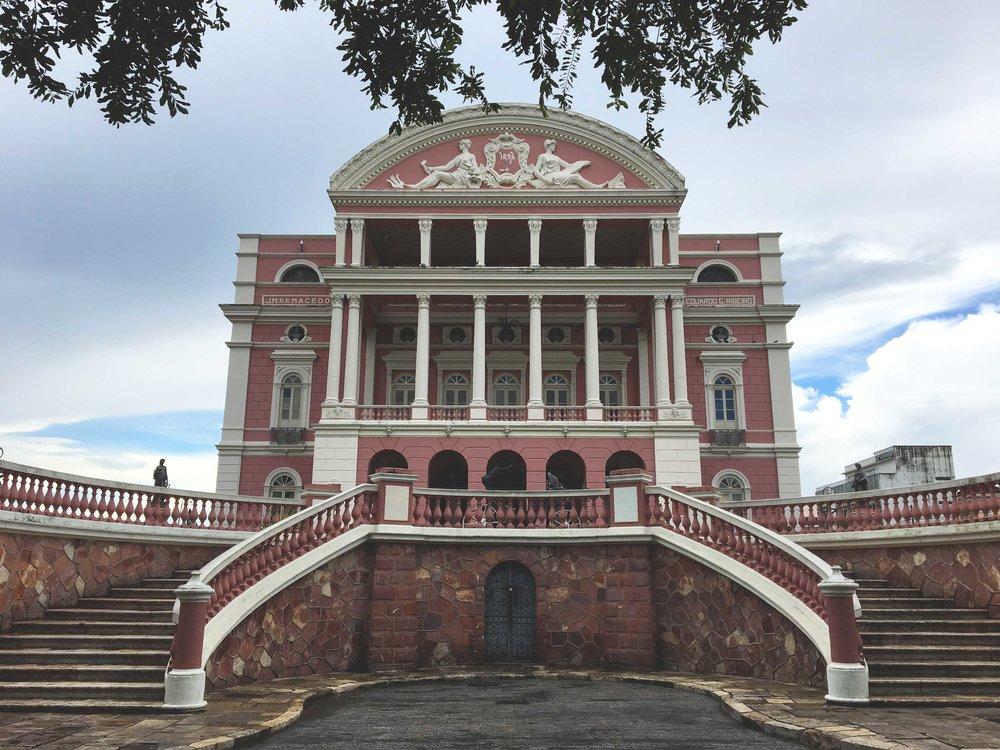 A linda fachada do Teatro Amazonas.