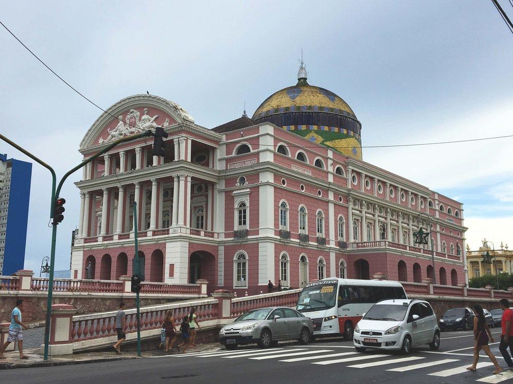 Teatro Amazonas e sua colorida cúpula.
