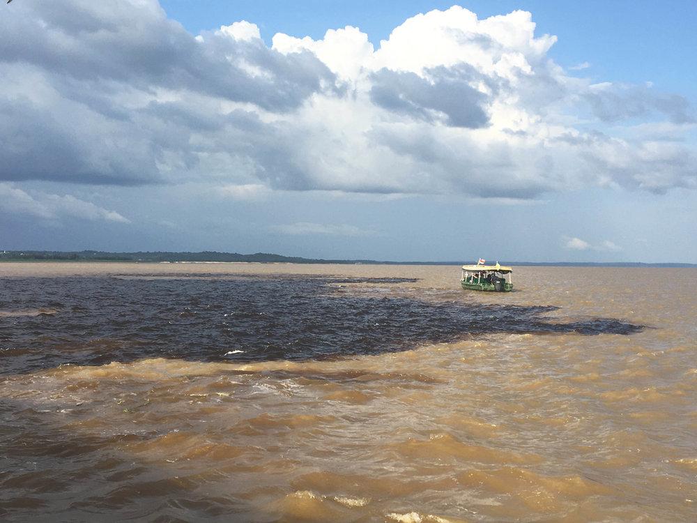 Encontro das águas do Rio Negro (parte mais escura) e Rio Solimões (parte mais clara).