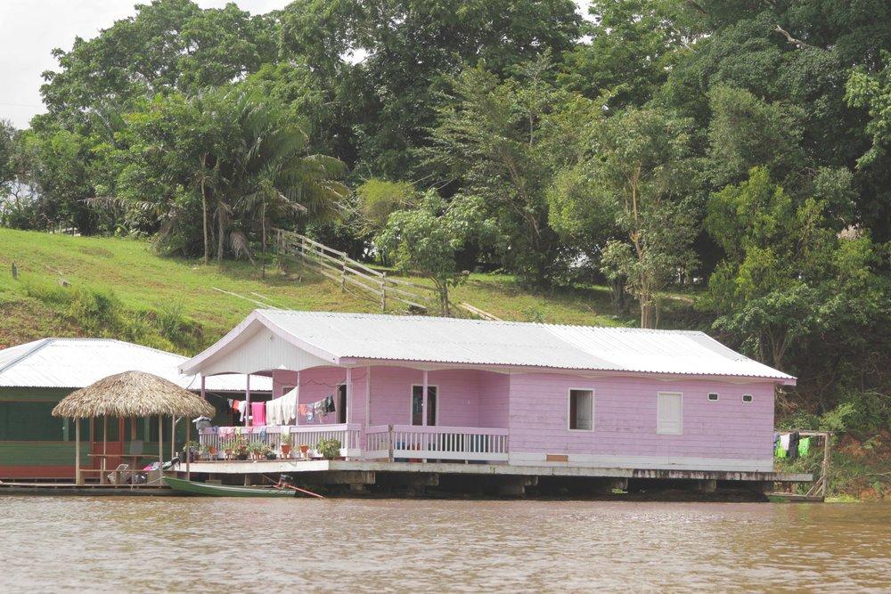 Uma das casas flutuantes no caminho para a Floresta Amazônica.