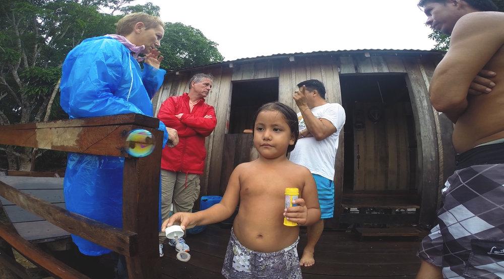 Paloma, a filha caçula do presidente de uma das comunidades indígenas.