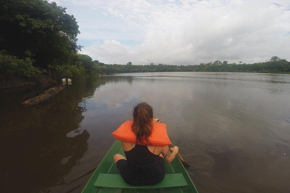 Canoagem por um dos rios da floresta Amazônica.