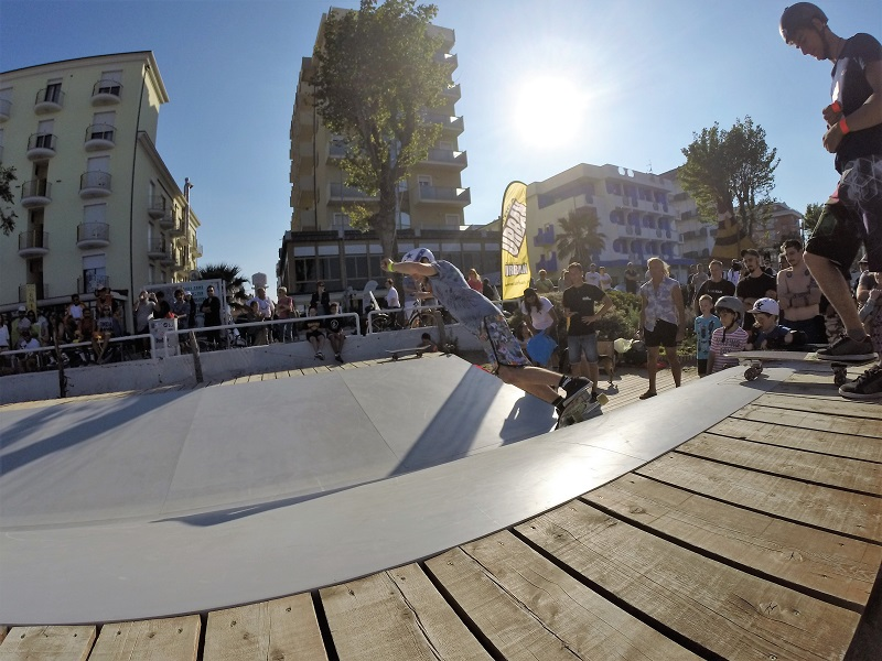 Surfskate contest on Surfskate Urban Wave