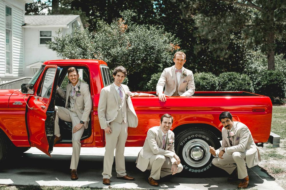 creative-groomsmen-group-wedding-photos.jpg
