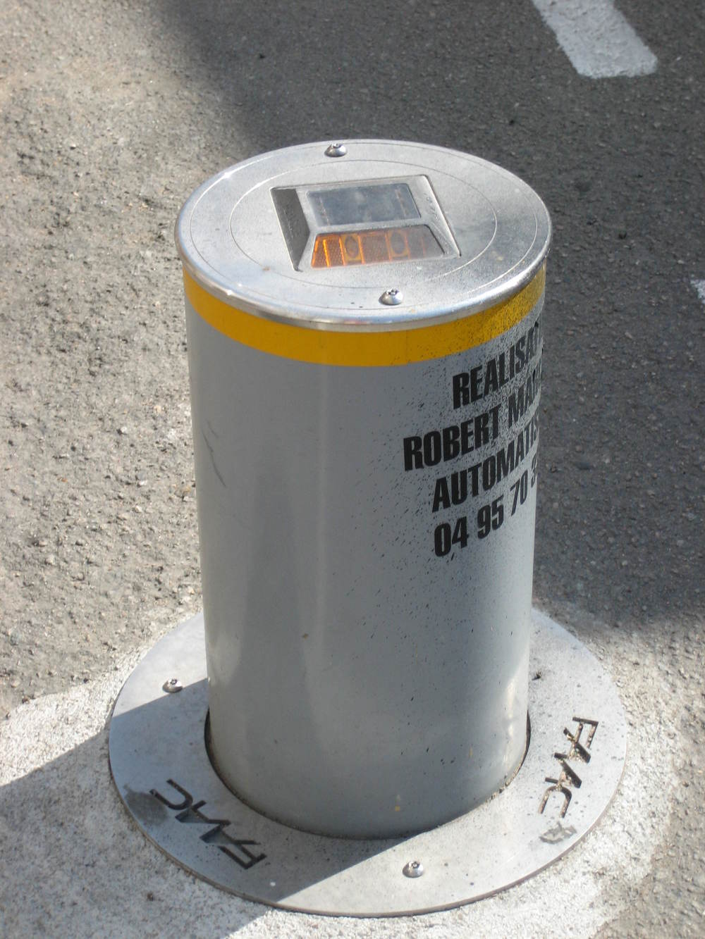 Retractable parking bollard with solar powered reflector.JPG