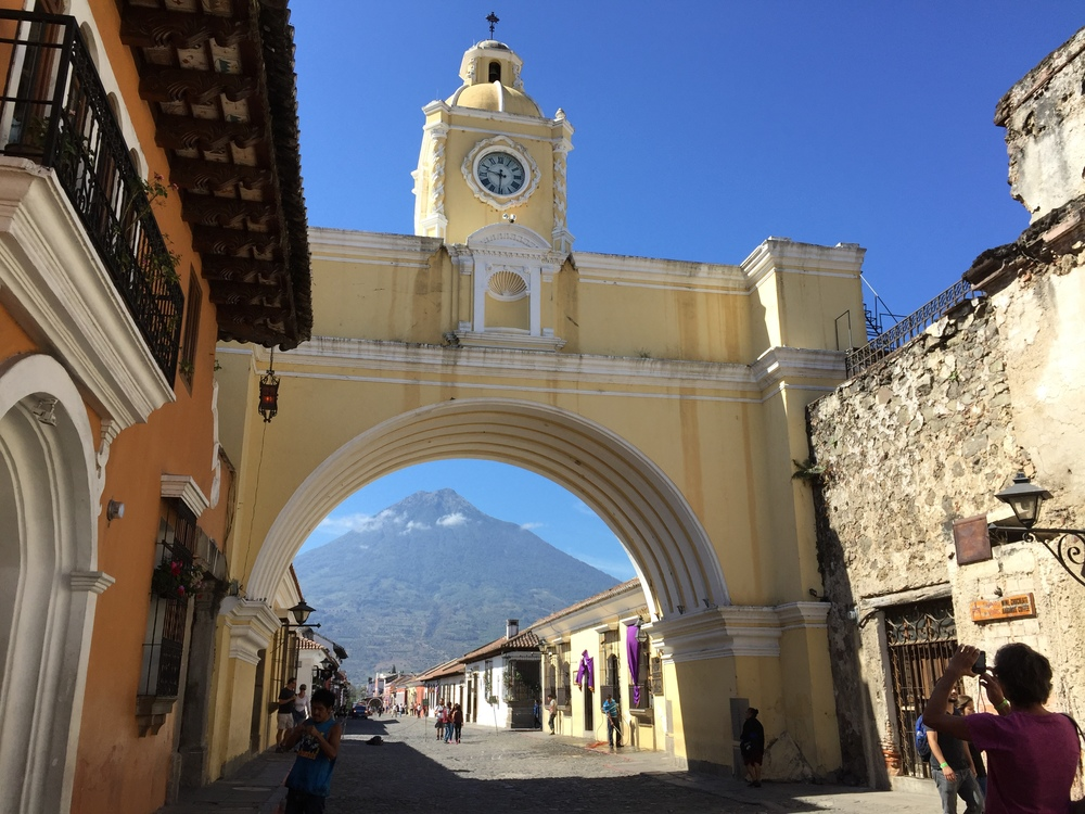 Here, you can see the Volcáno de Aguain through the famous archway in Antigua's central area.