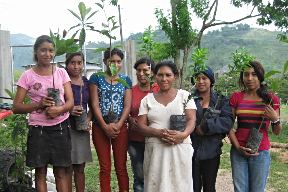 Women in Santa Cruz del Dulce, Honduras with tree seedlings - photo by Consuelo Hernández