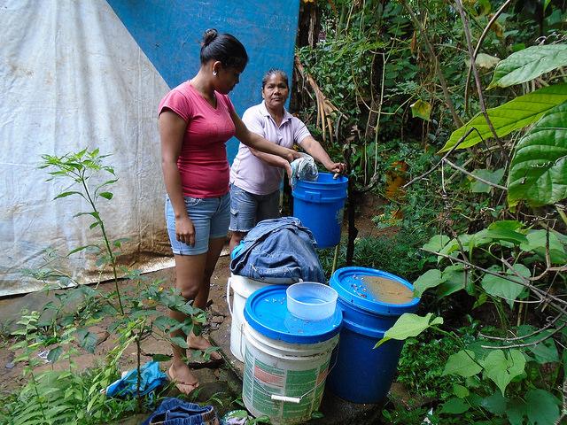 Encarnacíon helps Urita with the laundry -photo by Mariano Navarro