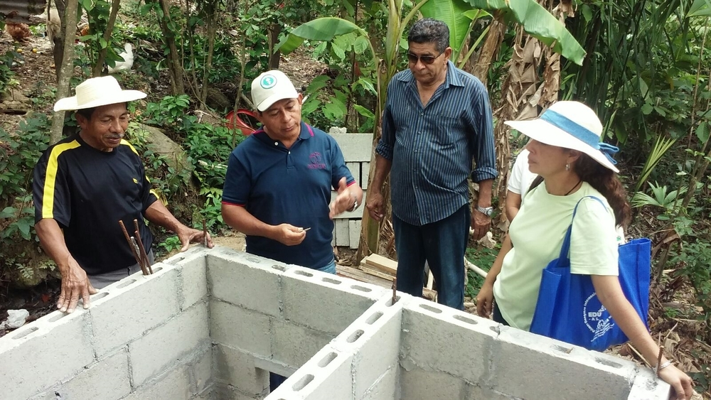 Mariano explains the technology behind composting latrines - photo by Ediberto Trujillo