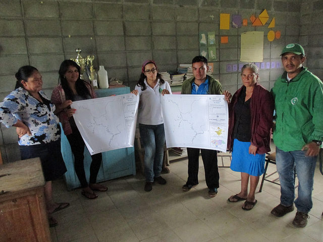 Sustainable Harvest International staff presents maps to El Sauce - photo by Franklin Paz