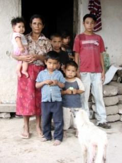 Candida Garcia with 6 of her 11 children, Piedras Negras, Honduras 2009. – Photo by Charlotte Dougherty
