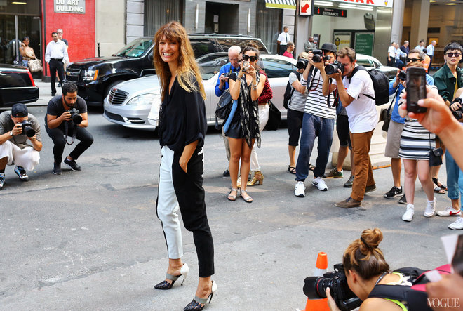 img-street-style-new-york-fashion-week-spring-2014-part-2-holding_185739675293.jpg