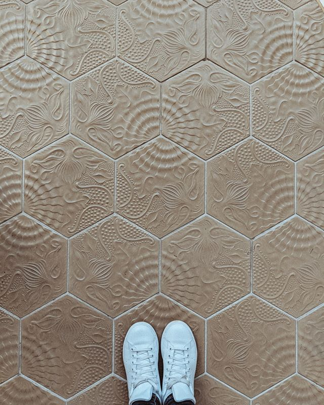 Loved these gorgeous tiles in the lobby at the @fairmonthotels Juan Carlos.⠀⠀⠀⠀⠀⠀⠀⠀⠀ .⠀⠀⠀⠀⠀⠀⠀⠀⠀ .⠀⠀⠀⠀⠀⠀⠀⠀⠀ .⠀⠀⠀⠀⠀⠀⠀⠀⠀ #mosaic #tiledesign #honeycomb #fairmonthotel #stansmiths #adidas #spain #barcelona