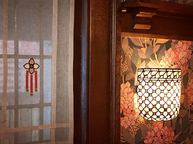 Dining room side window — Tiffany reproduction sconce meets custom embroidery inspired by its flower design. #happytogether #artsandcrafts #interpretivedesign  By Emme Design, crafted by @linenandletters . . . . . #curtainpanels #custom #bespokewindowtreatmens #customdesign #curtainpanels #customeembroidery #prairiestyle #historicdesign #perioddecor #torontointeriors #torontointeriordesign #torontointeriordesigner