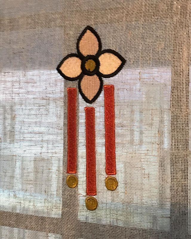 Dining room curtain panel custom embroidery design inspired by Tiffany lighting and #artsandcrafts motifs. By Emme Design, crafted by @linenandletters . . . . . . #custom #bespoke #embroidery #customwindowpanels #bespokewindowtreatments #perioddesign #historicdesign #perioddecor #prairiestyle #tiffanylighting #torontointeriors #torontointeriordesigner #interiordesign #interiordesigner