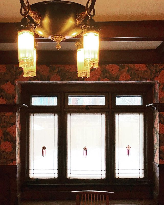 Dining room feature window with bespoke #artsandcrafts curtain panels. Custom embroidery design by Emme Design, fabricated by @linenandletters . . . . . . #custom #bespoke #embroidery #customwindowpanels #bespokewindowtreatments #perioddesign #historicdesign #perioddecor #prairiestyle #torontointeriors #torontointeriordesigner #interiordesign #interiordesigner