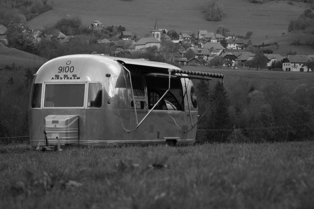 Une Belle Caravane Airstream en Black & White