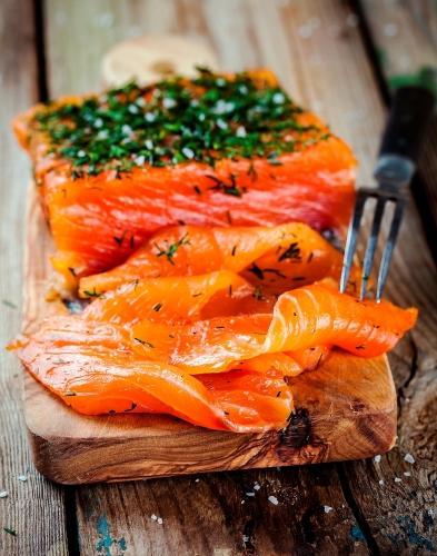 Le saumon Gravlax maison - - 1 filet de saumon entier (entre 1kg et 1,5kg) avec la peau écaillée- 4 cuillères à soupe de fleur de sel- 4 cuillères à soupe de sucre semoule- 1 cuillère à soupe de baies rouges- 1 cuillère à soupe de poivre en grain- 2 bottes d'aneth- de l'Aquavit (alcool scandinave) ou de la Vodka
