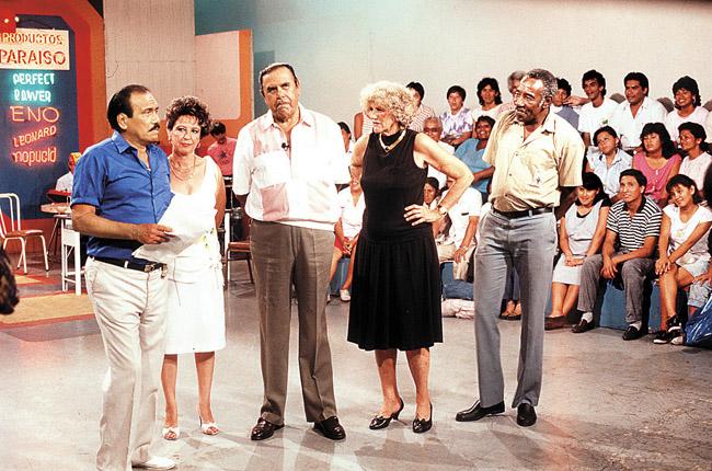 Leonidas en camisa azul, junto al elenco de Trampolín a la Fama