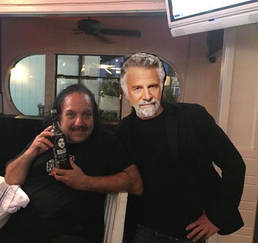 El más grande de todos, y a su lado:Ron Jeremy mostrando el delicioso y aromático Ron de Jeremy