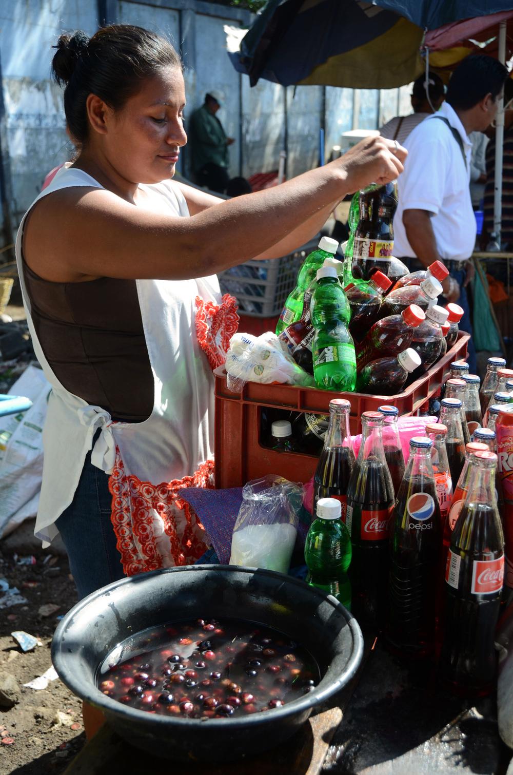 Dayani Baldelomar trabaja en su puesto del Mercado Oriental de Managua (2012). Foto de Elizabeth Kay.