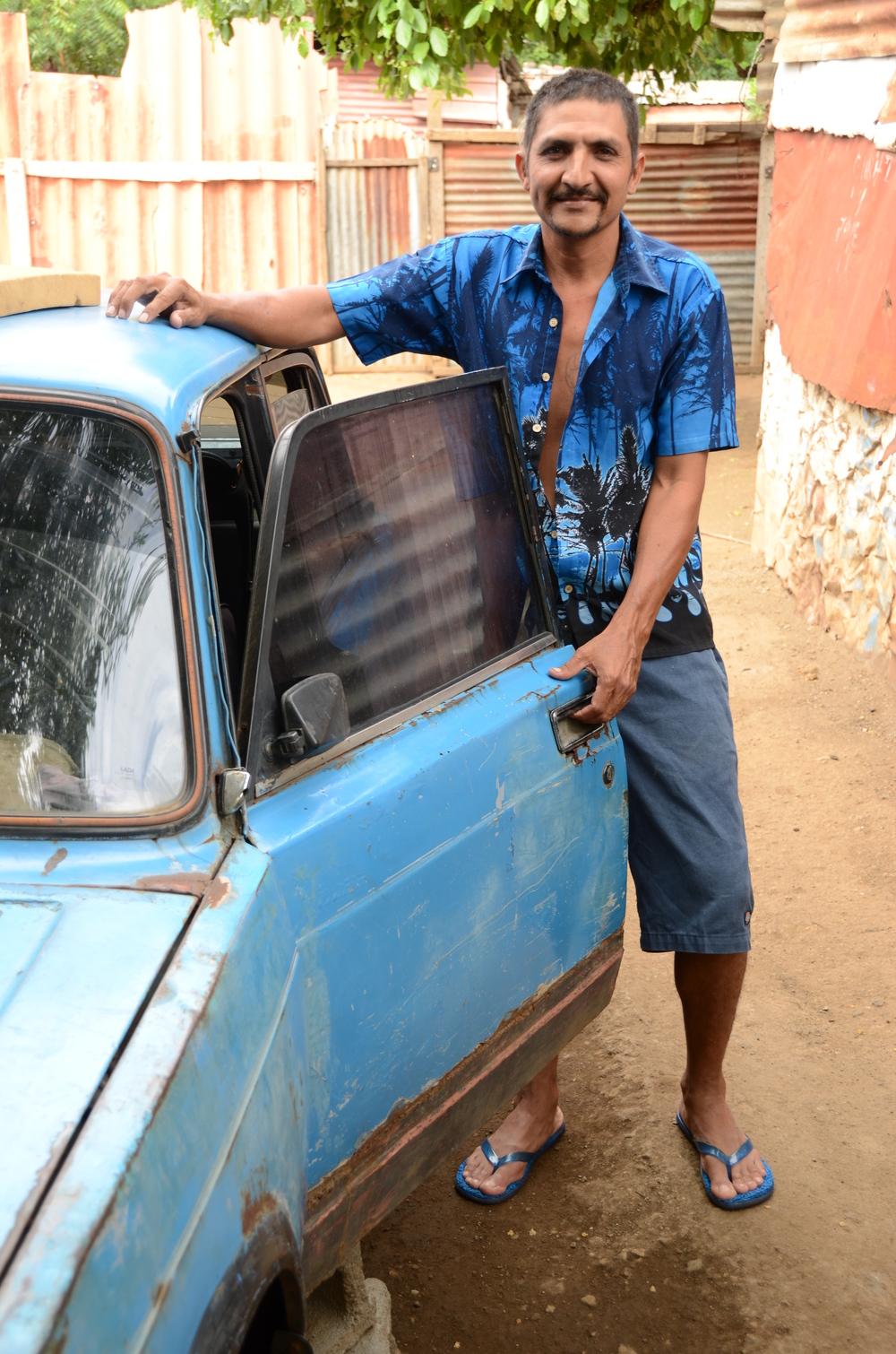 """El compañero de Yadira, Henry Munguía, y """"la bodega"""" de la familia en Managua (2012). Foto de Elizabeth Kay."""