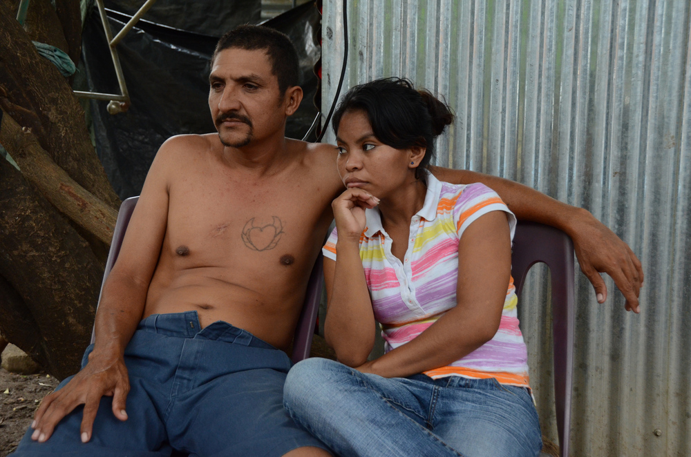 Henry y su hija Wendy frente a su casa de Managua (2012). Foto de Elizabeth Kay.