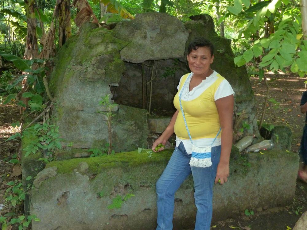 Dayani delante del horno donde su padre hizo de cosas de horno que vendió cuando era una niña en la aldea rural de La Sabanita (2012). Foto de Douglas Haynes.